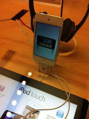 white_ipod_touch_apple_retail_store.jpg